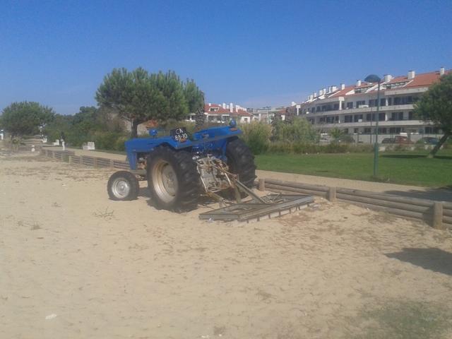 Trator para limpar a areia
