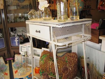 Mueble mesa vintage blanco de hierro, rejilla y madera.