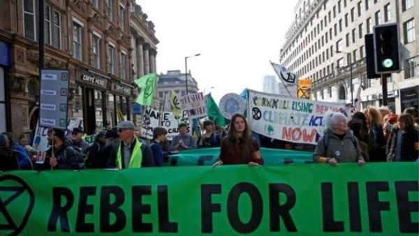 Detienen a más de 300 ambientalistas por manifestar en Londres