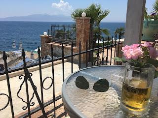 Näkymä merelle hotellin terassilta