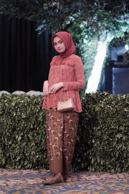 Sarung batik cantik dan manis Indonesia