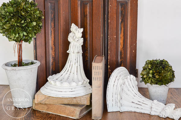 Vintage Inspired Diy Corbels Adds Charm To This Simple Display Www Andersonandgrant
