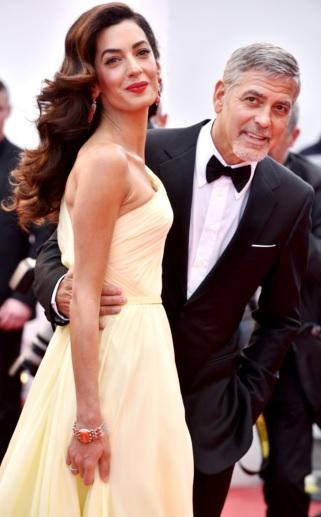 Foto de George Clooney abrazando a su pareja Amal Ramzi