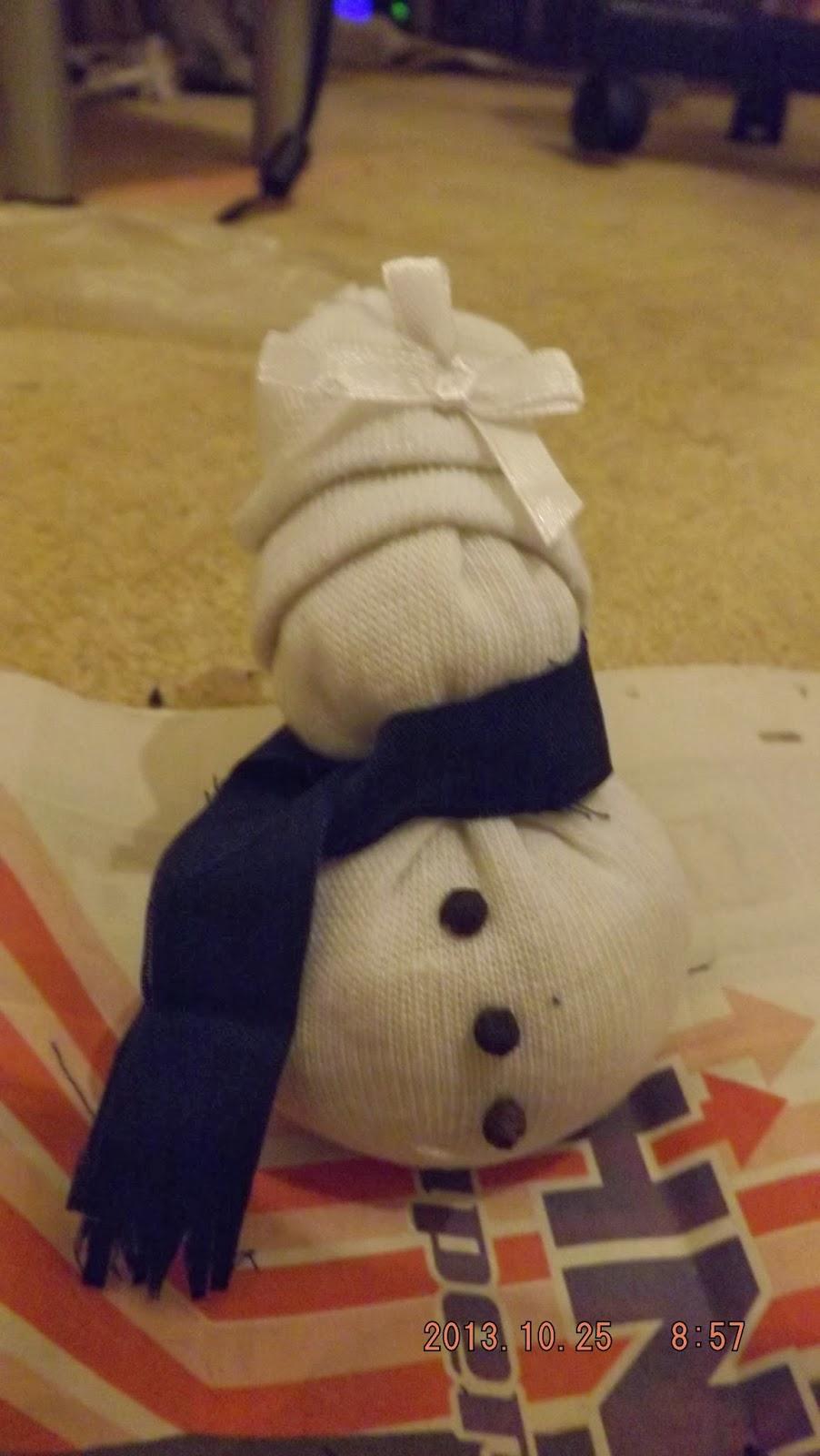 Borsot vagy gombokat ragasztottunk a zokni hóember testére