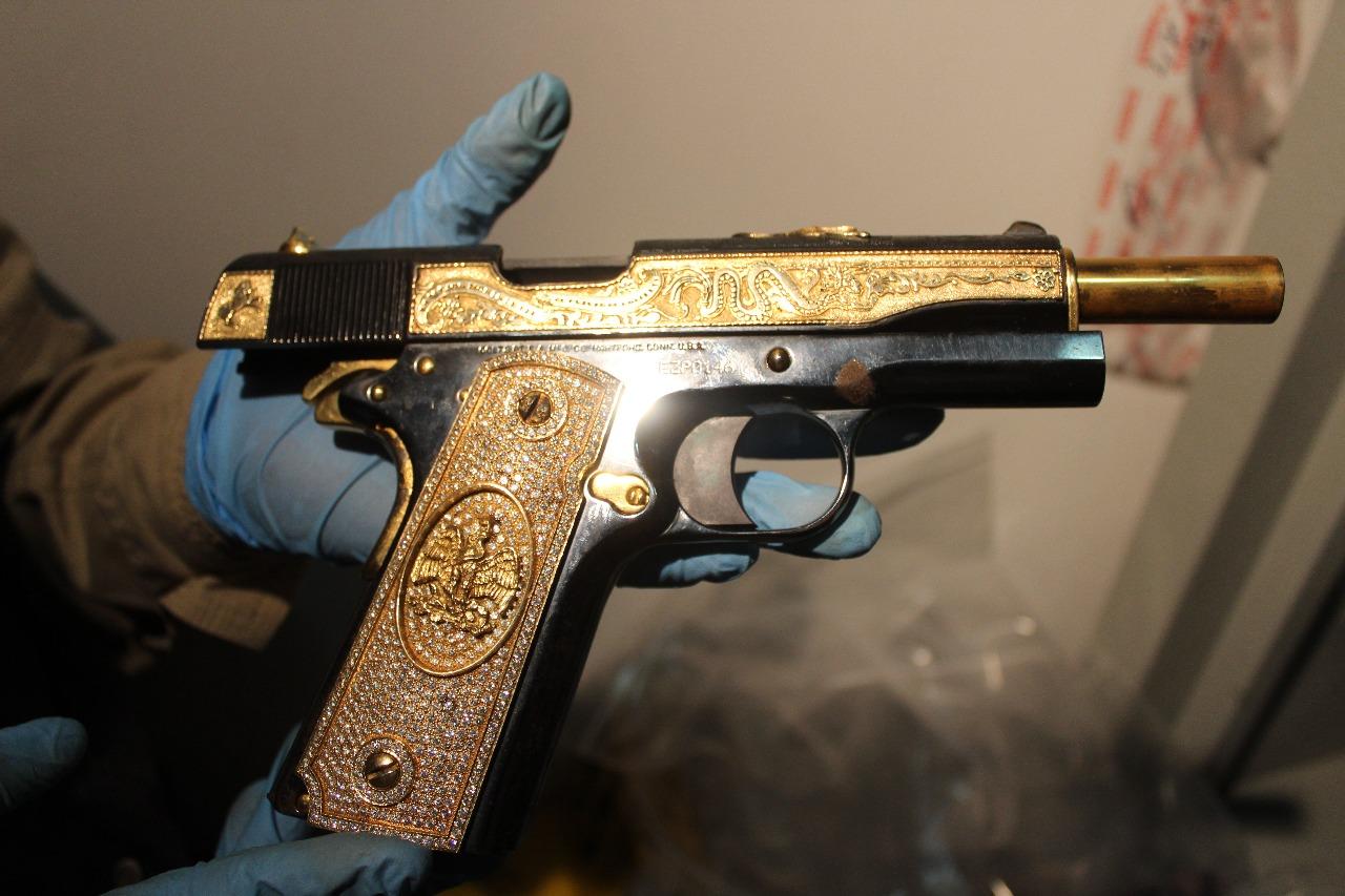 Elementos de la AEI aseguran armas de lujo, vehículos y joyería en una residencia en Nuevo León