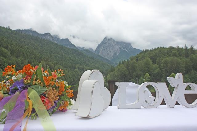 Torbogen mit bunter Wiesenblumengirlande - Sommerhochzeit auf der Bergwiese, Riessersee Hotel Garmisch-Partenkirchen, #Riessersee #Hochzeit #Garmisch #bunte Wiesenblumen #Riessersee Hotel #heiraten #Bergwiese #freie Trauung