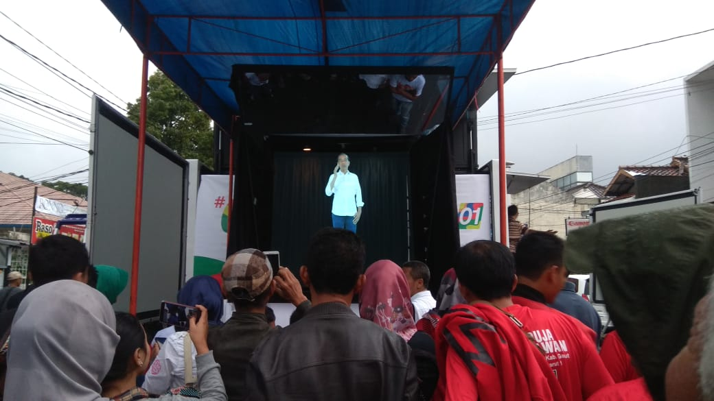 Warga Serang Kagumi Teknologi Kampanye Hologram Jokowi - KH Ma'ruf Amin