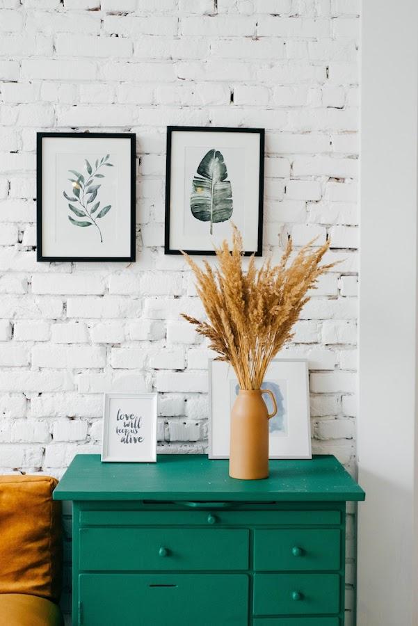 6 cosas que son gratis y que harán que tu casa se vea más amplia y mejor: pared de ladrillo blanco con mueble pintado verde