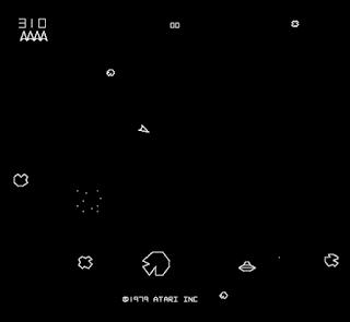 Captura de pantalla de Asteroids que muestra nuestra nave triangular disparando a figuras geométricas poligonales, unas eran los asteroides y las otras los platillos volantes. Fuente: MAME