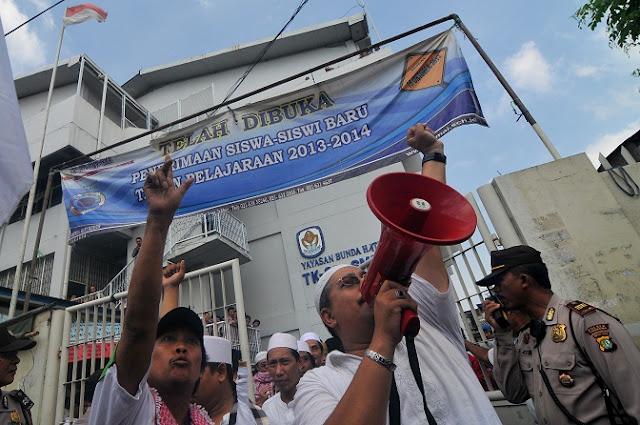 """""""Bubarkan Paroki!"""" teriak warga yang menolak pendirian Gereja Damai Kristus Paroki Kampung Duri"""