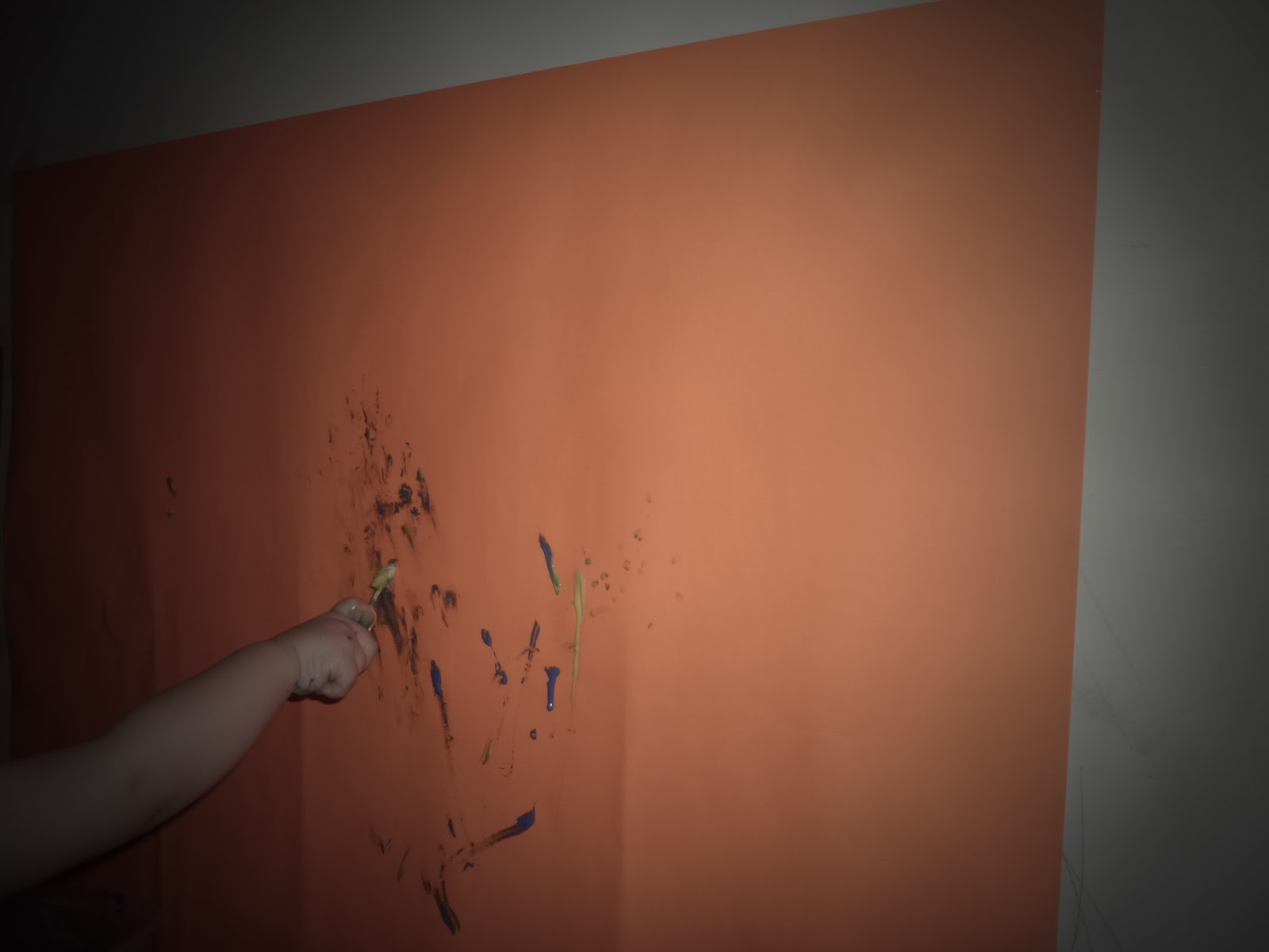 la m re veilleuse faire de la peinture avec son enfant. Black Bedroom Furniture Sets. Home Design Ideas