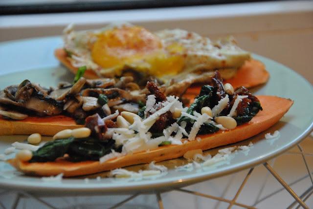 Süßkartoffel-Toast mit Spinat, getrockneten Tomaten und Parmesan