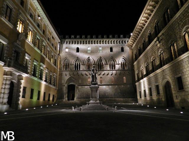 piazza salimbeni siena notturna