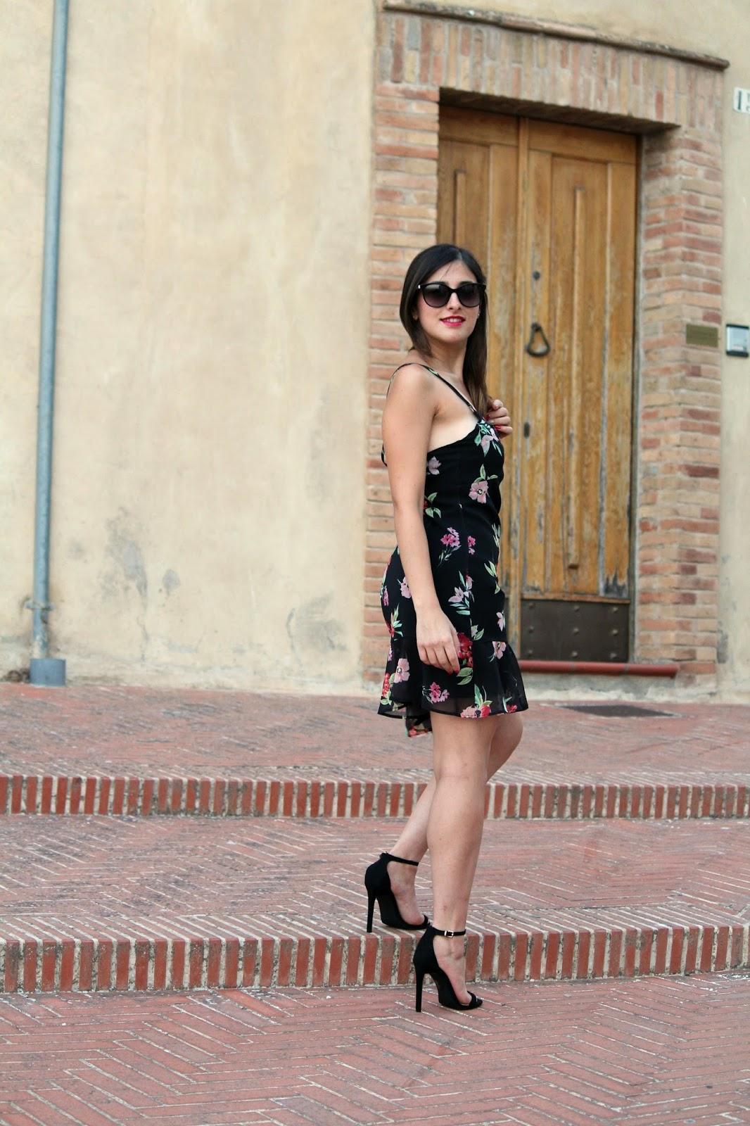 abito nero con fiori e tacchi