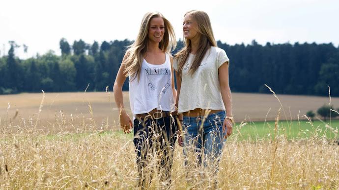 Wallpaper: Twin Blonde Girls