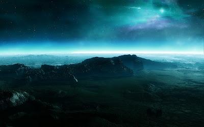 Montañas de noche con nubes brillantes