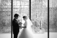 結婚式で新郎新婦が向かい合っているモノクロの写真