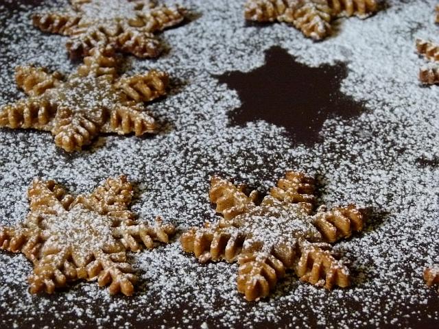 Schneeflocken aus Lebkuchen Weihnachtsplätzchen
