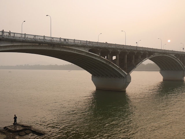 man under Juzizhou Bridge (橘子洲大桥) in Changsha