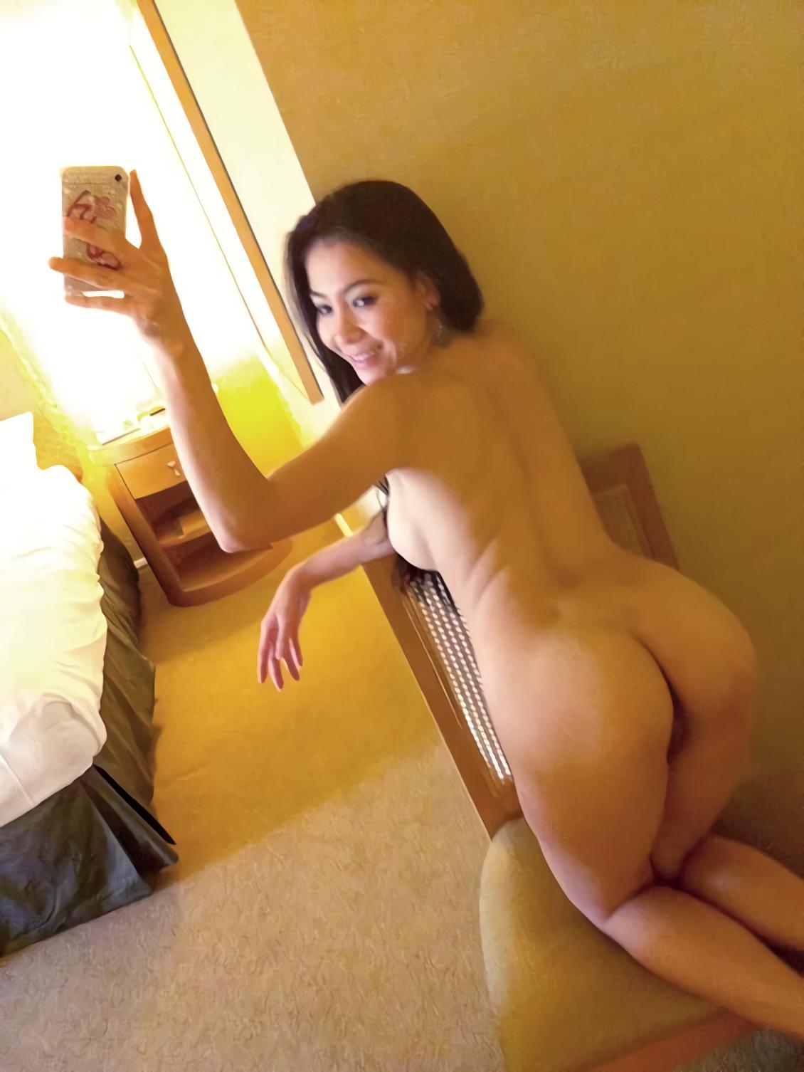 foto porno cewek asia selfie di kamar hotel pamer tubuh seksi toket cilik dan memek pink jembut botaknya