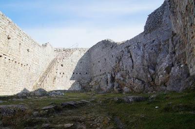 castillo de Montsegur interior muralla