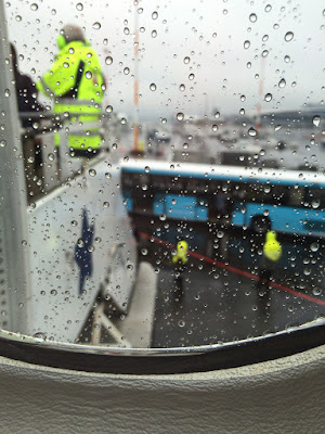 雨の中働かれるJALのスタッフさんに感謝