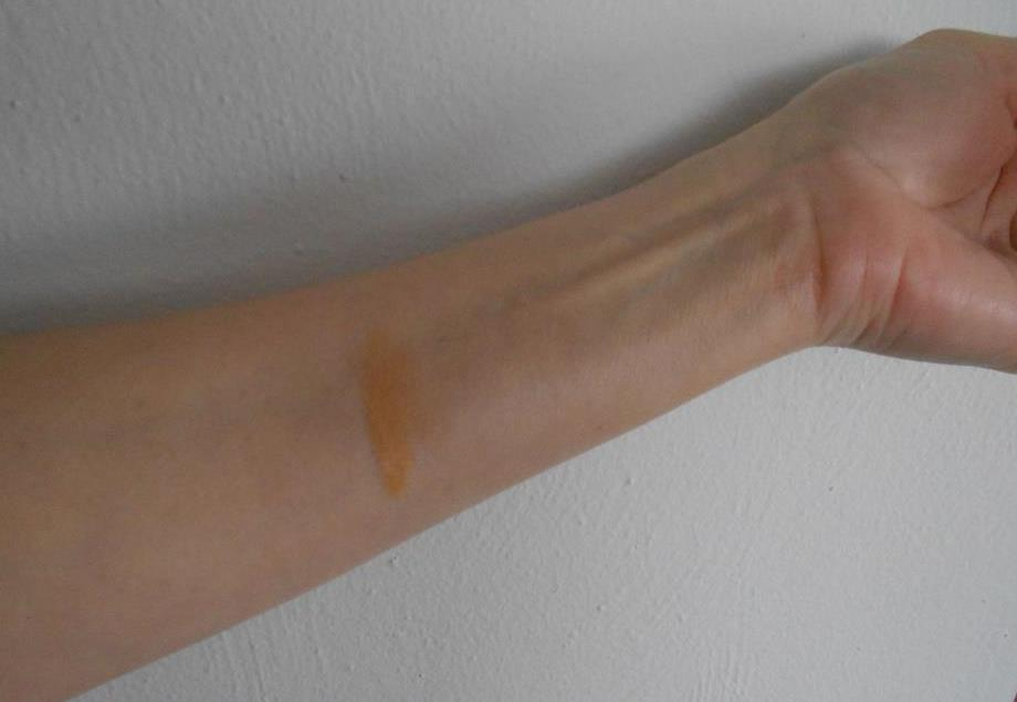 #Insta Flawless Perfecting Radiant Skin Tint swatch