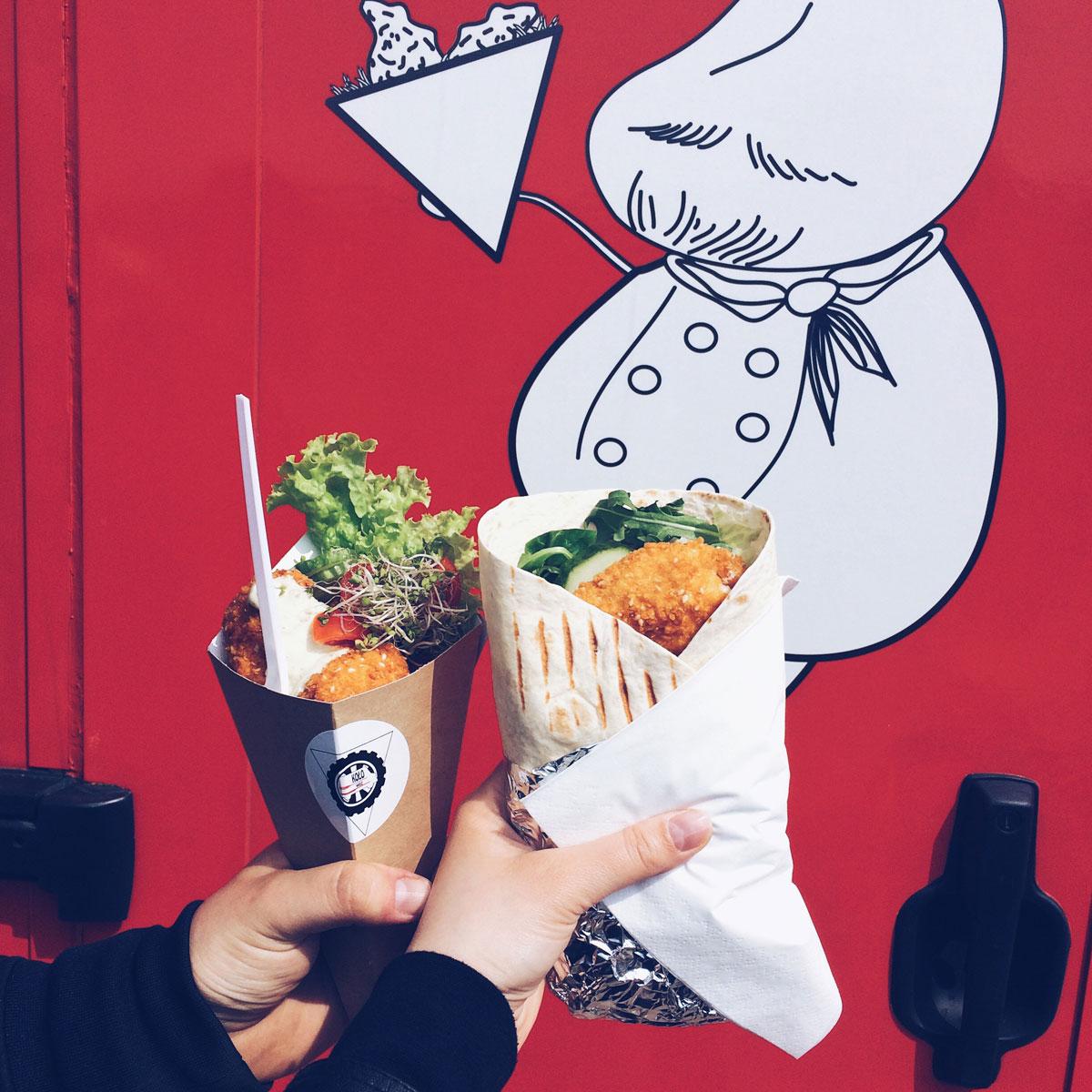 Kołowóz i ich dwa dania - ser kulla oraz kurczaktilla.