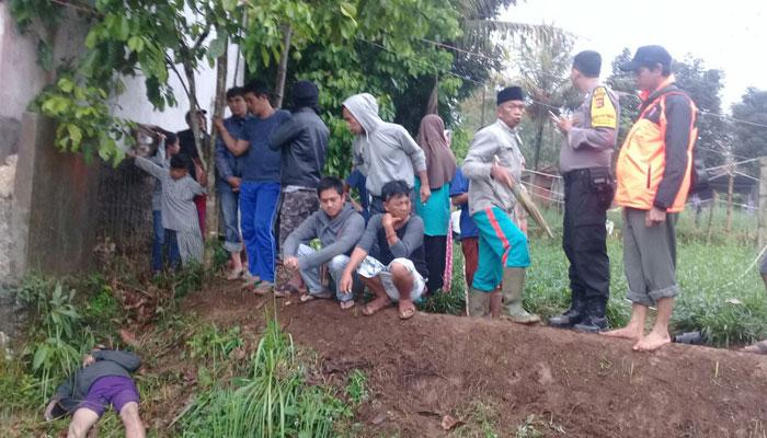 Warga berkumpul di lokasi penemuan mayat pria yang memakai bra.