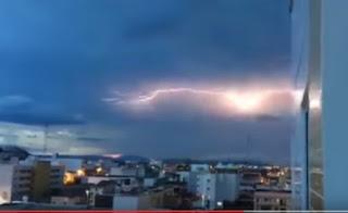 Raio corta céu de Patos durante chuvas que alcançaram 67 municípios da PB; vídeo