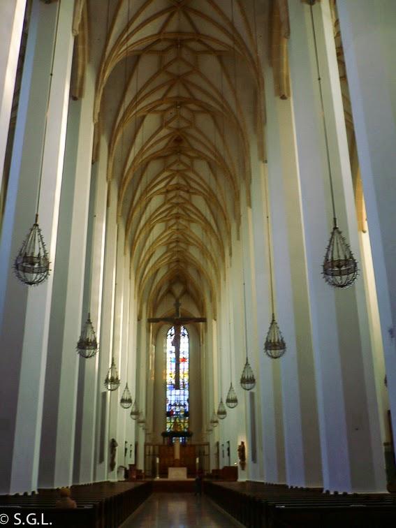 Vista del interior de la catedral de Munich desde la huella del diablo