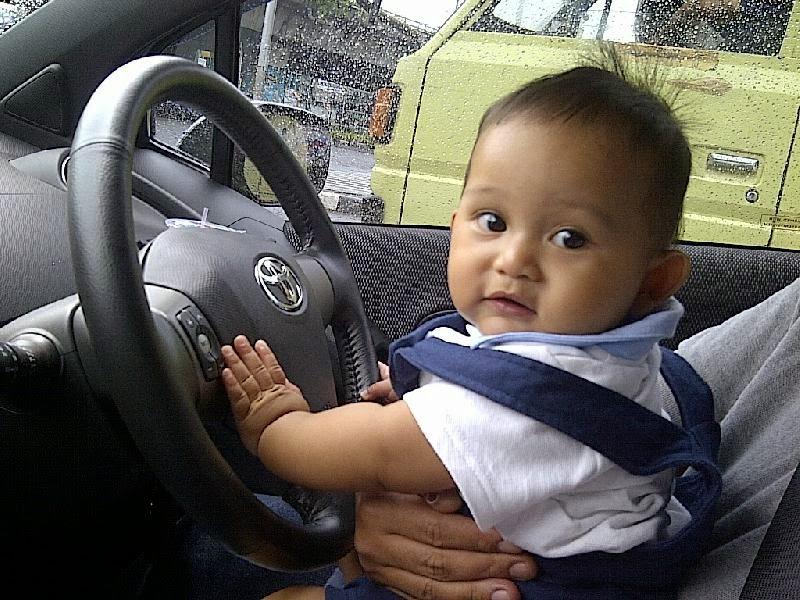 Foto bayi lucu nyetir mobil