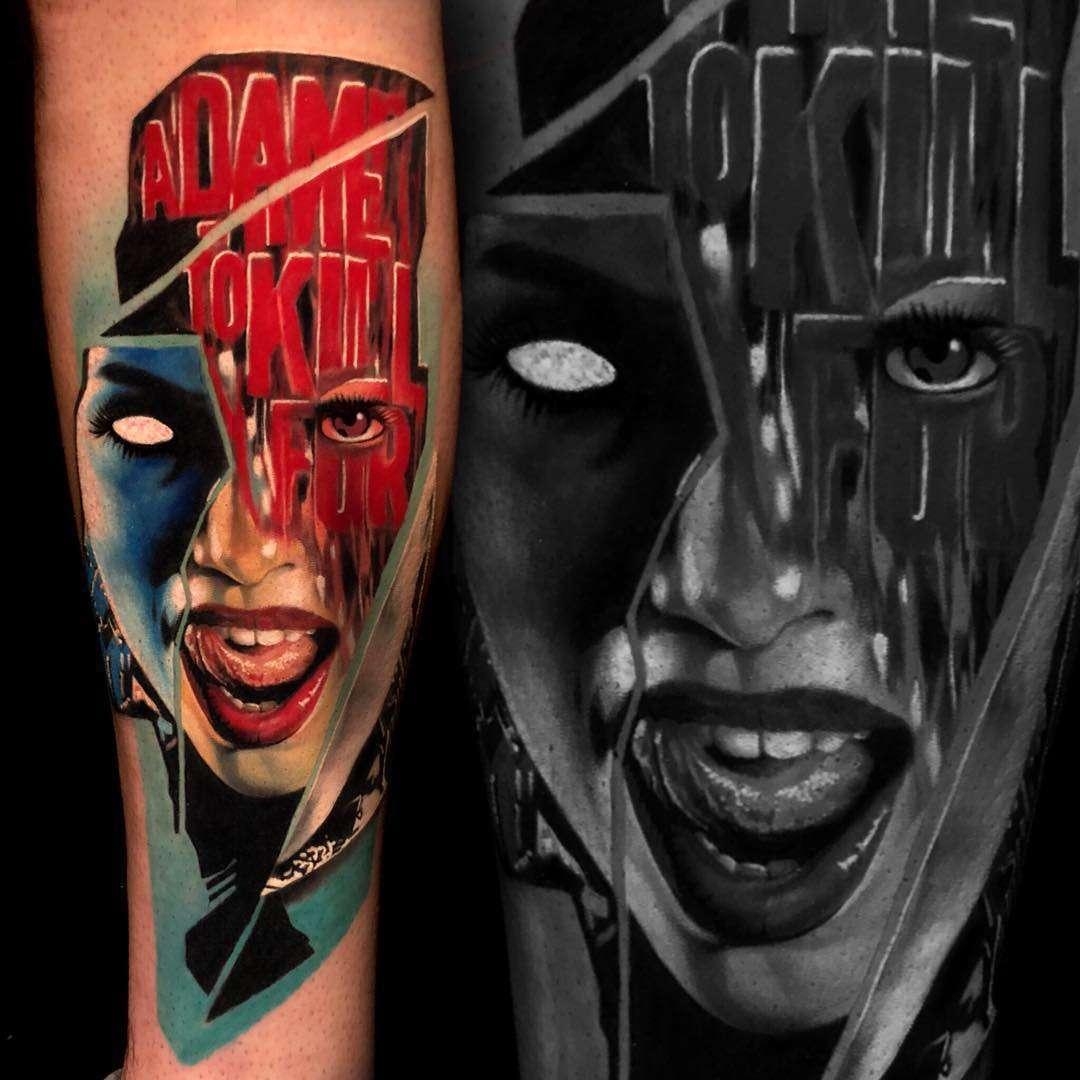 Foto de un Tatuaje realista de la cara de una mujer con la lengua sacada y chorreando