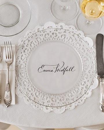 Plato de boda de cristal transparente con el nombre de los invitados con blonda