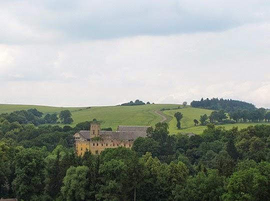 Ratno Dolne (niem. Niederrathen). Zamek z XVI wieku.