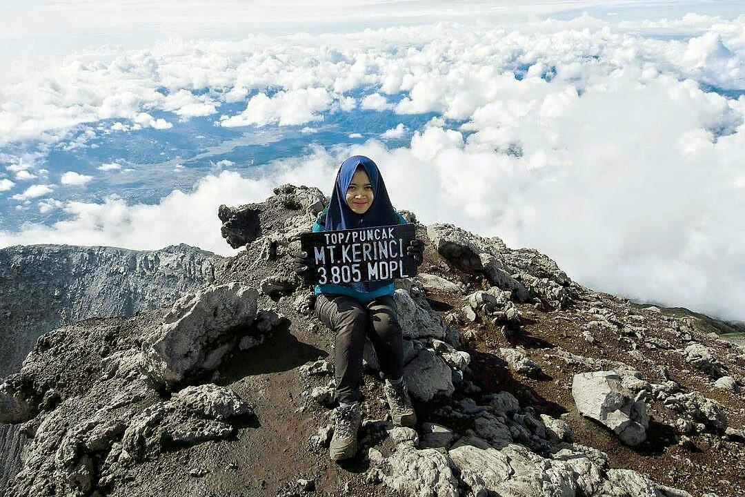 cewek hijab manis dan seksi di Gunung Kelinci