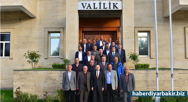 DİYARBAKIR-Diyarbakır Valisi Hüseyin Aksoy, merkez ilçelerinde görev yapan muhtarlar ile bir araya gelerek muhtarların sorunlarını dinledi.
