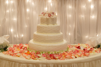 Red and White Wedding Cake Table Decoration Ideas & How to Decorate a Wedding Cake Table Decoration Ideas   Wedding ...