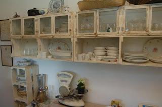 cocina amueblada con cajas de madera recicladas