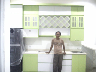 Kitchen Set Minimalis dengan Rak Botol