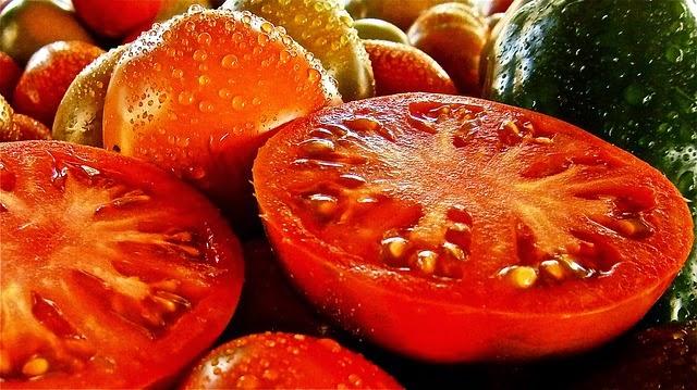 cortar los tomates de la cocina de la abuela