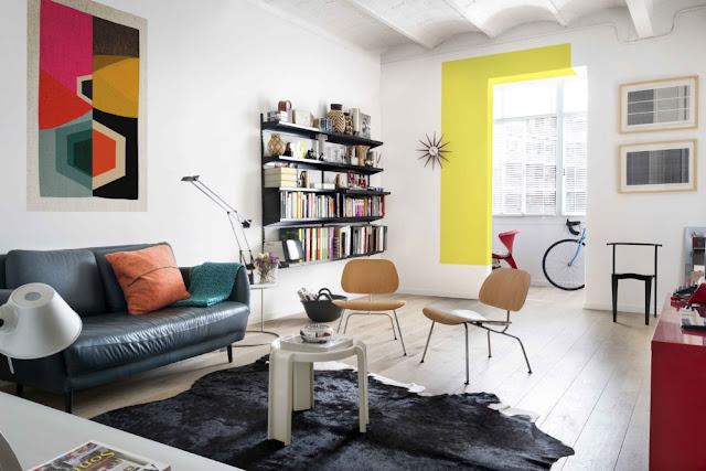 Biroul pe balcon și accente vesele de culoare într-un apartament de 70 m² din Barcelona