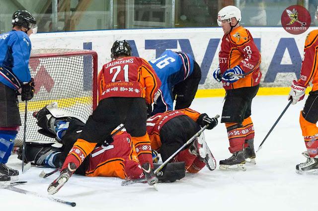 Hokejisti sagāžas vārtu priekšā