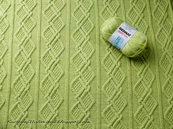 Free Baby Blanket Pattern to knit with moss stitch diamonds. Material used: Bernat Softee Baby yarn (3.5 balls) and Needle size: 3.75mm.