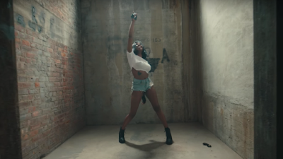 "Azealia Banks Snatches Wigs & Everything Else In Sight For ""Anna Wintour"" Musique Video!"