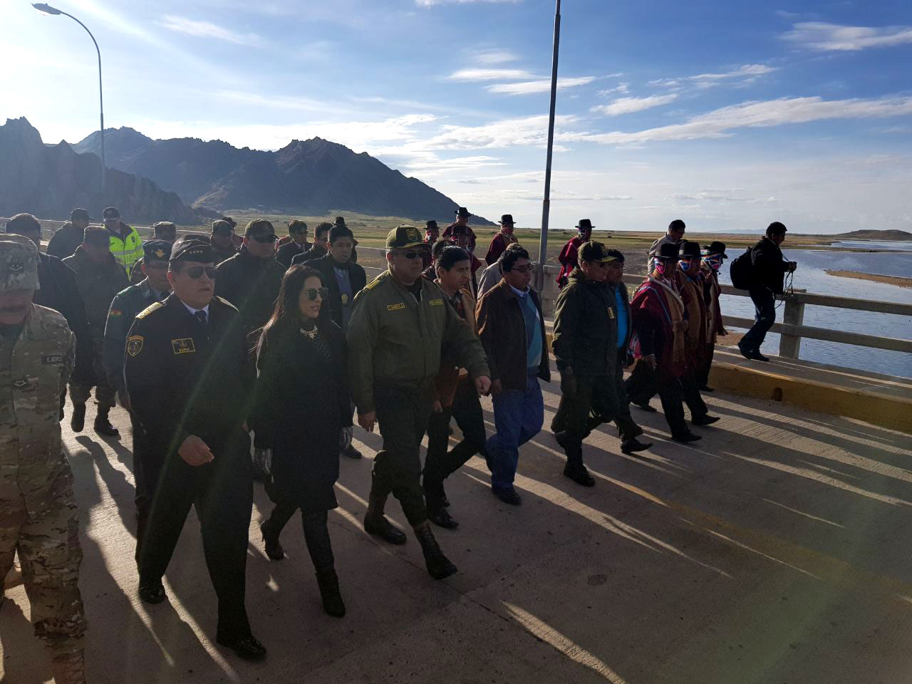 Ministra Alanoca junto a los Comandantes de las Fuerzas Armadas y Policía Boliviana