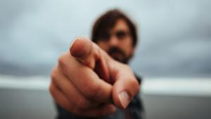 Ciri Orang yang Sedang Dihinakan Oleh Allah: Selalu Menghina Orang lain