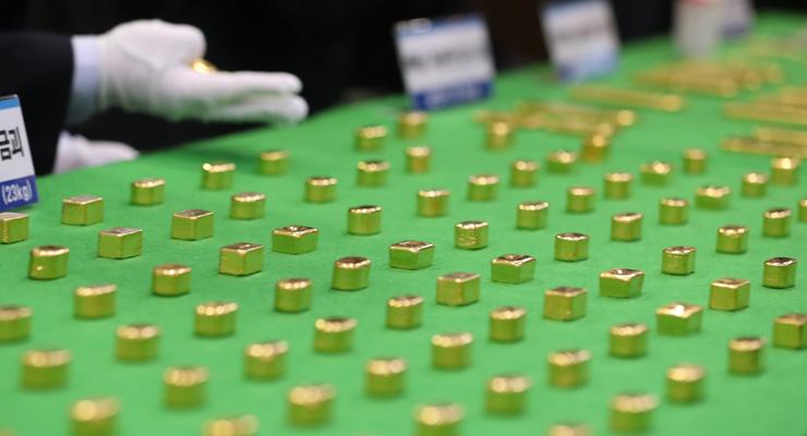 Lingotes de oro que los contrabandistas esconden en el culo