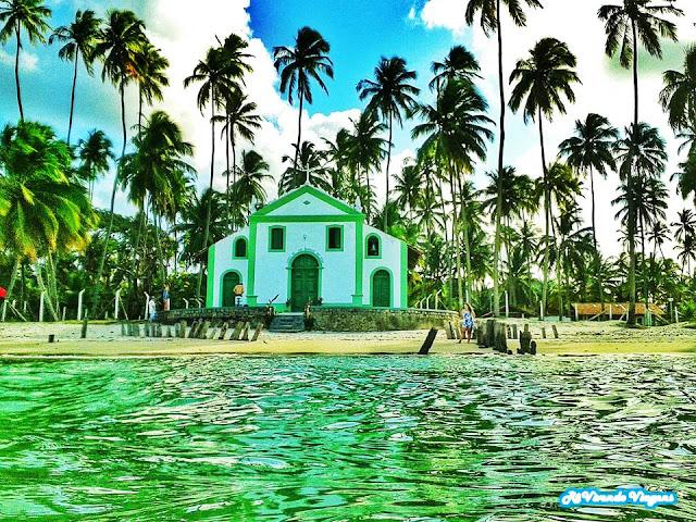 Praia de Carneiros, em Pernambuco, com a igreja de São Benedito