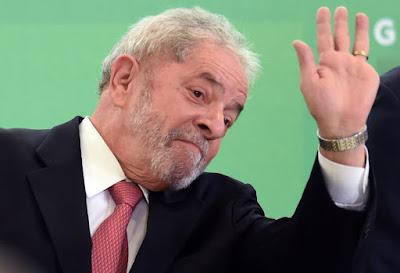 Lula acena